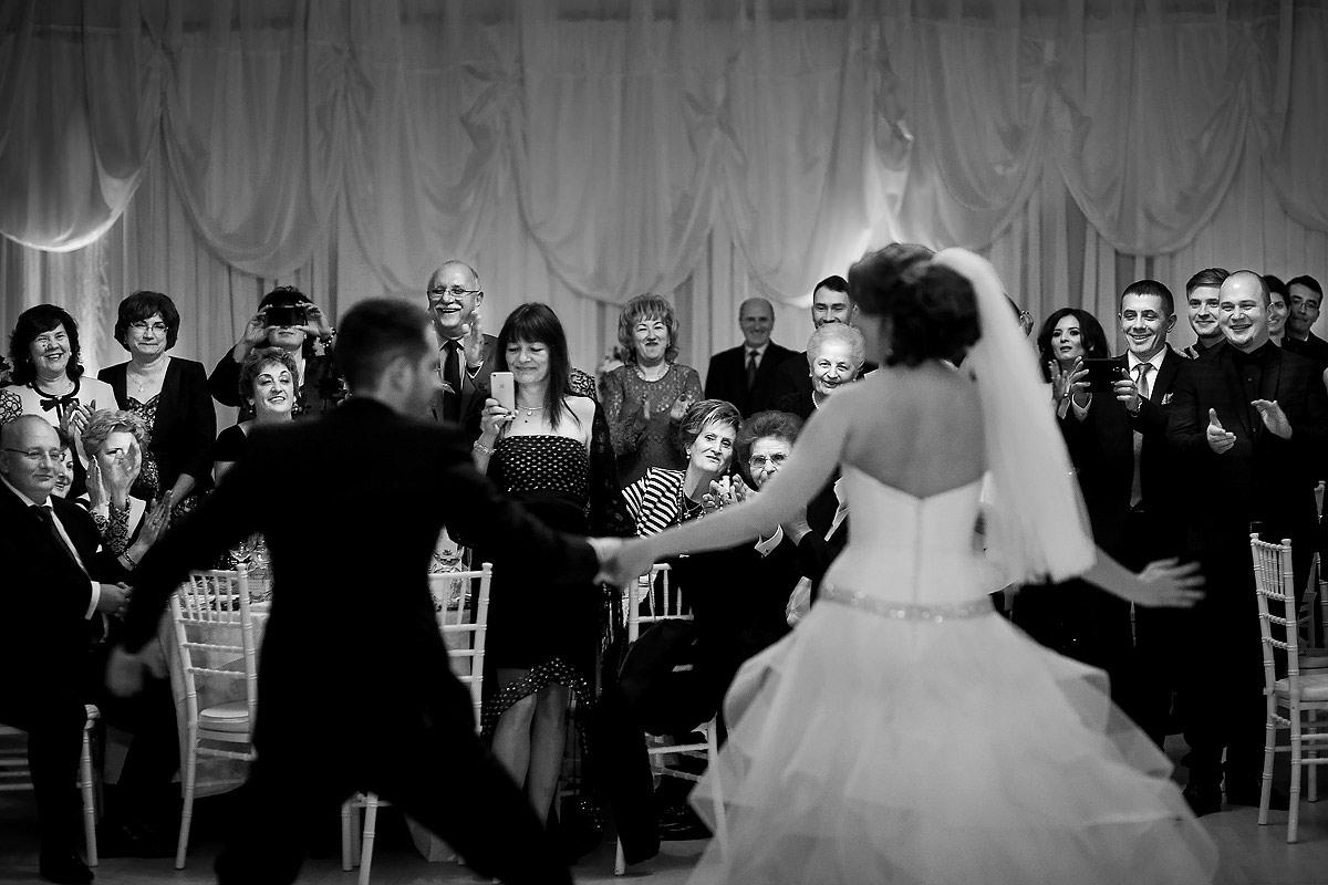 49 Fotografii nunta petrecere dansul mirilor